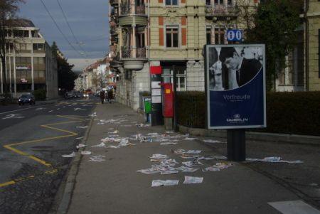 Pendlerzeitungen am Boden