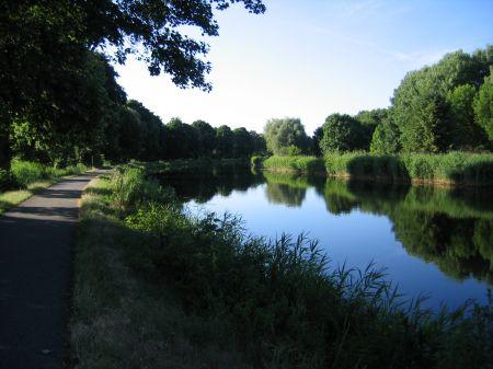 Fahrt entlang des Kanals