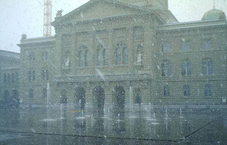Schneetreiben vor dem Bundeshaus