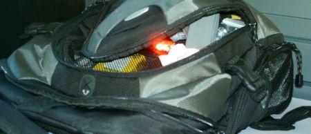 Brennendes Velolicht im Rucksack